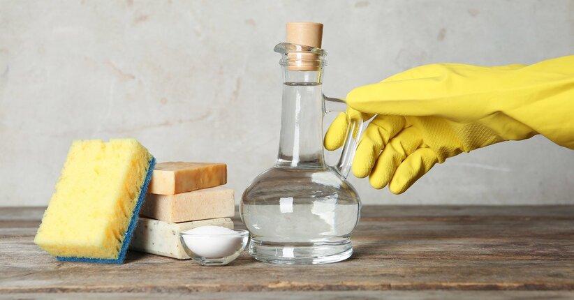 Aceto e bicarbonato per pulire la casa
