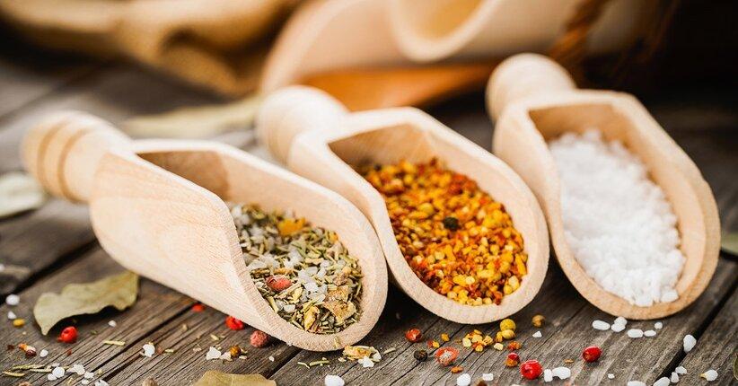 Come sostituire il sale da cucina nella nostra alimentazione in modo sano, gustoso ed economico?