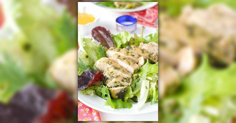 Petto di pollo al forno con pesto di noci e prezzemolo e insalata di cipolle rosse