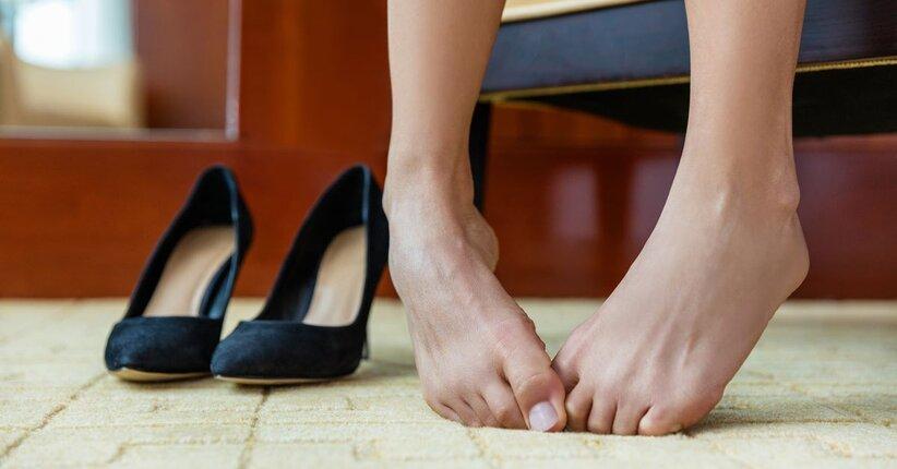 Piedi gonfi negli anziani: quali possono essere le cause?