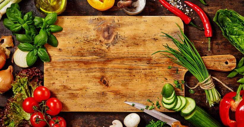 Ricette antispreco con foglie e steli di frutta e verdura