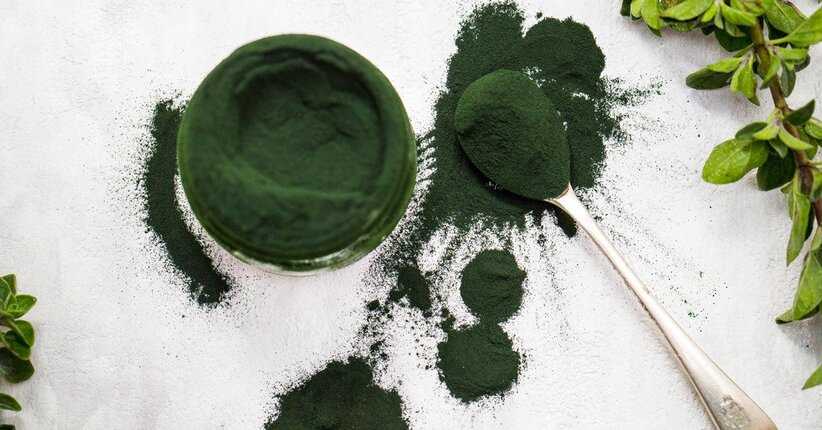 Spirulina: tutti i benefici per i capelli che non conoscevi