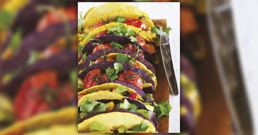 Tacos colorati con tortillas di mais, patate dolci, melanzane e peperoncini poblani