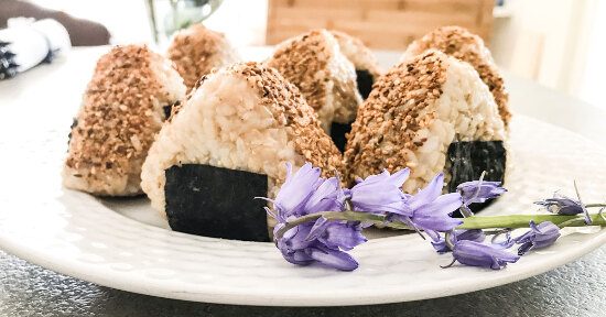 Onigiri di riso integrale e umeboshi