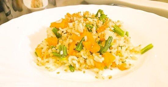 Riso integrale con carote, fagiolini e sesamo
