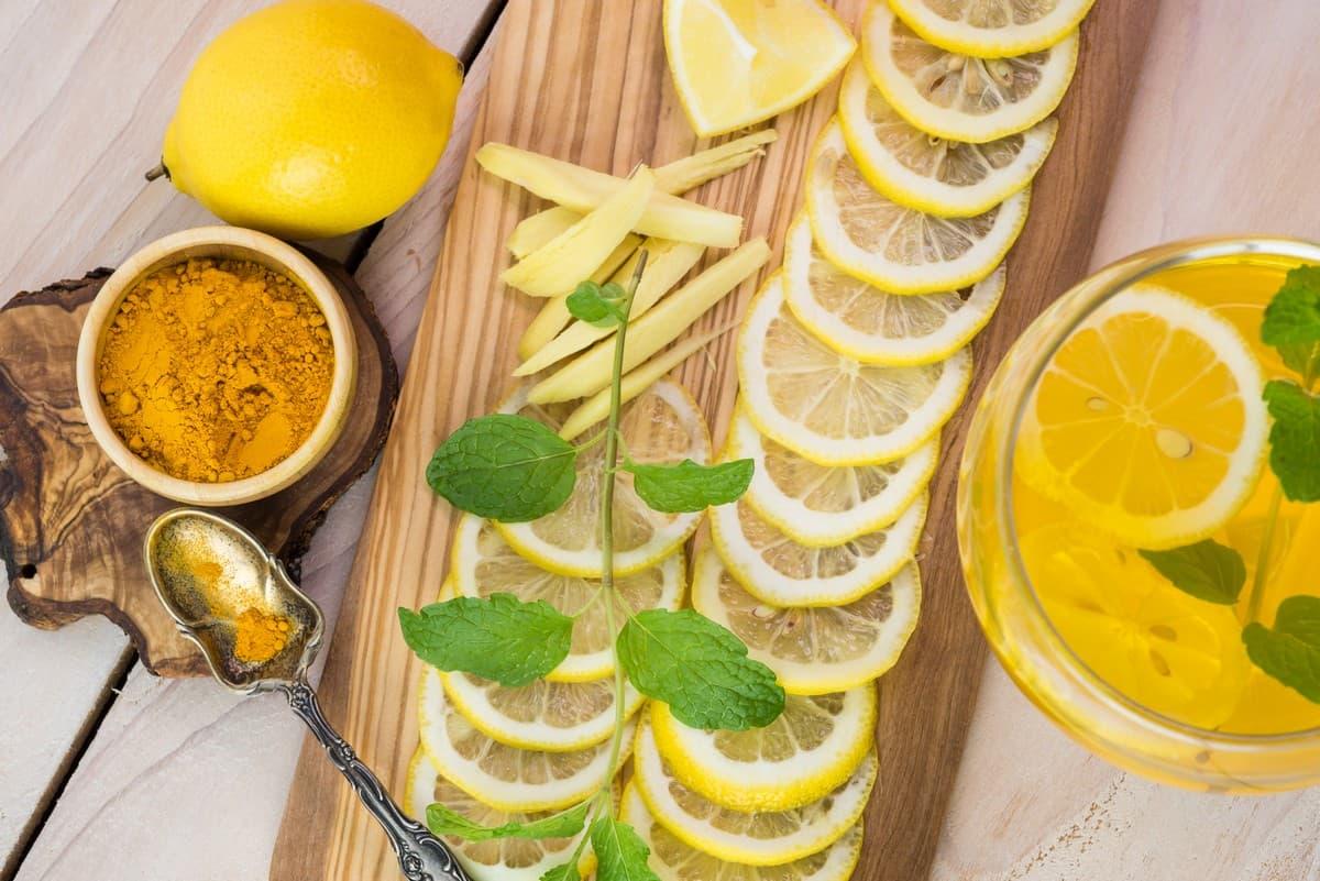 Acqua antinfiammatoria agli agrumi e curcuma