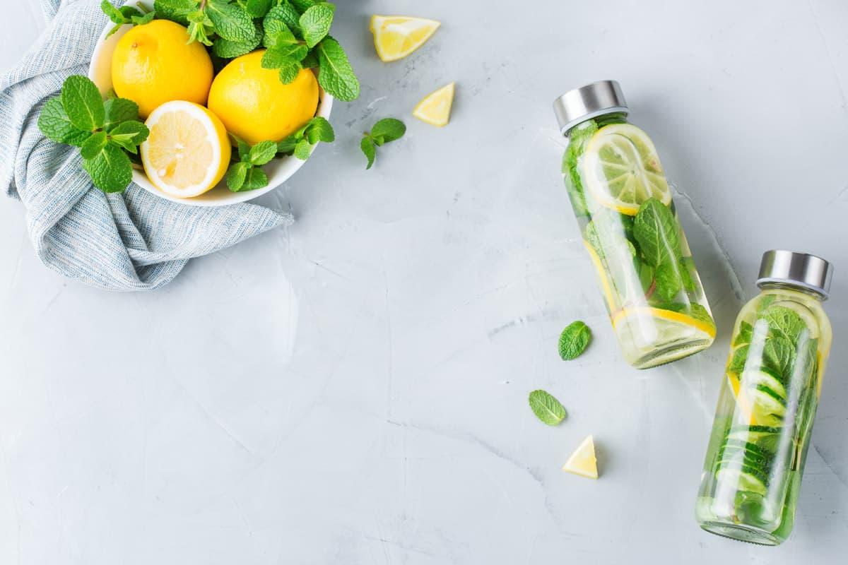 Acqua aromatizzata detox al limone, zenzero e menta