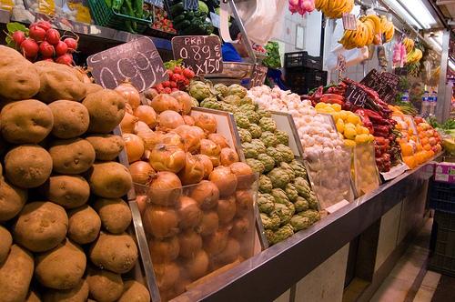 Scaffale con frutta e verdura, alimenti anti ossidanti