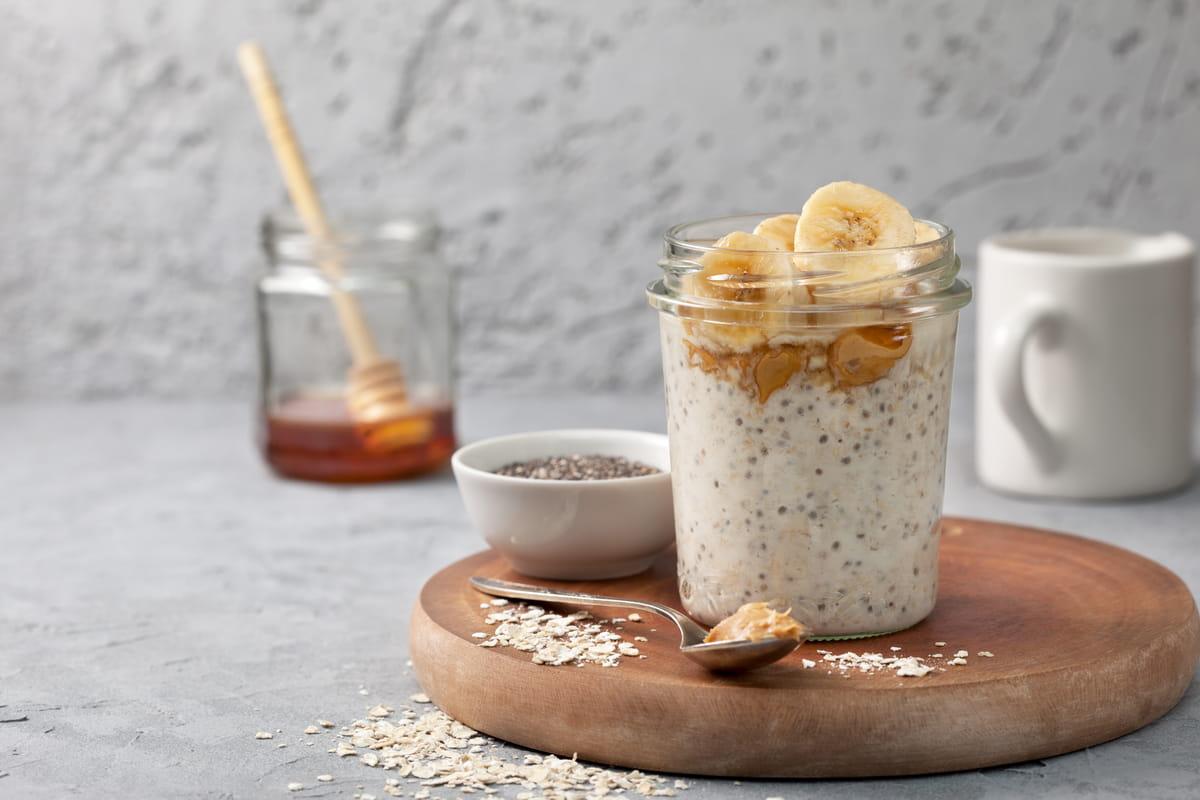Overnight porridge con yogurt, banane e burro di arachidi